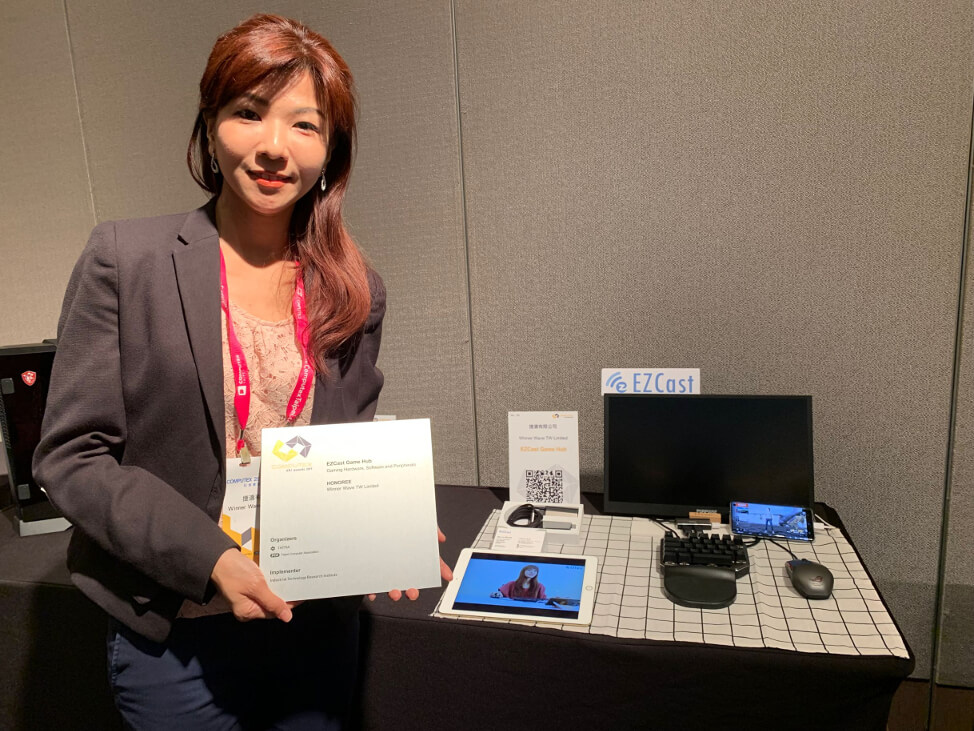 EZCast Game Hub and d&i award on display with Niki Liu, Sales Manager of EZCast.